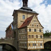 Mitten in die Regnitz bauten die Bamberger Bürger ihr einzigartiges Rathaus.