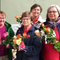 Immer samstags vor dem Muttertag: die AsF Frauen verteilen Rosen in der Fußgängerzone Weidens.
